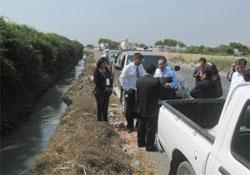 La comitiva en la Vía de Evitamiento, verifica la existencia del canal con aguas servidas que se utiliza para el regadío de hortalizas.