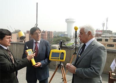 El Presidente del OEFA, Walter García Arata, y el Director Ejecutivo del INICTEL, Modesto Palma García, inspeccionan los equipos analizadores de campo electromagnéticos y de espectros de última generación.