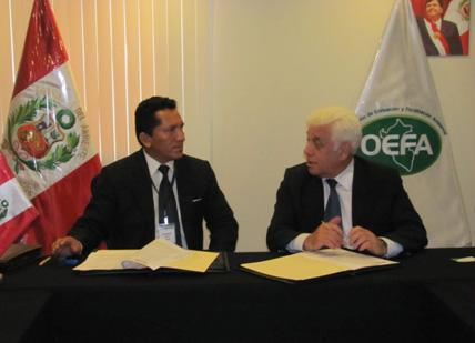 Disponiéndose a suscribir el importante convenio de cooperación interinstitucional, apreciamos al Alcalde de Yavarí, Santiago Villafani Vásquez, y al Presidente del OEFA, Walter García Arata.