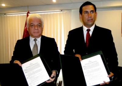 El Presidente del OEFA, Walter García Arata, y el Presidente del GORE Lima, Javier Alvarado Gonzales del Valle, muestran el convenio suscrito para fortalecer la fiscalización ambiental en la gran y mediana minería de las provincias de Lima.