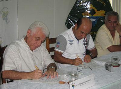 El Presidente del OEFA, Walter García Arata, y el Presidente Regional, Yván Vásquez Valera, suscriben el convenio de cooperación para fortalecer la fiscalización ambiental en Loreto.