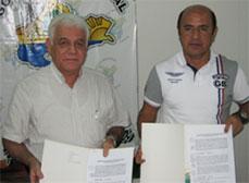 Los Presidentes del OEFA y la Región Loreto, muestran el compromiso firmado de la alianza estratégica.