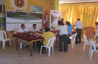 Participantes de una de las mesas de trabajo, debaten sobre la problemática ambiental de Tumbes.