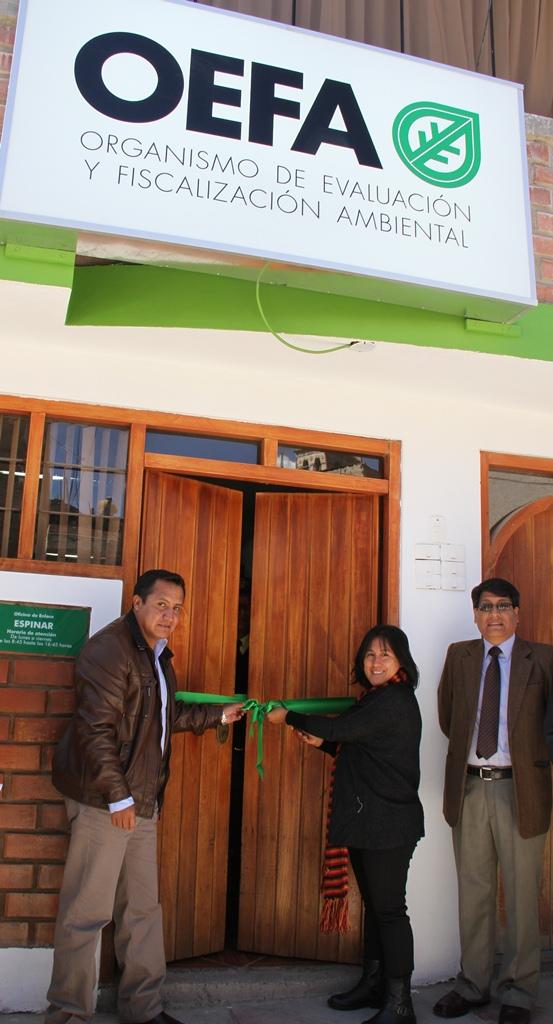 Delia Morales, Directora de Supervisión de OEFA, junto a Manuel Salinas, Alcalde de la Municipalidad Provincial de Espinar, inaugurando la oficina del OEFA en Espinar.